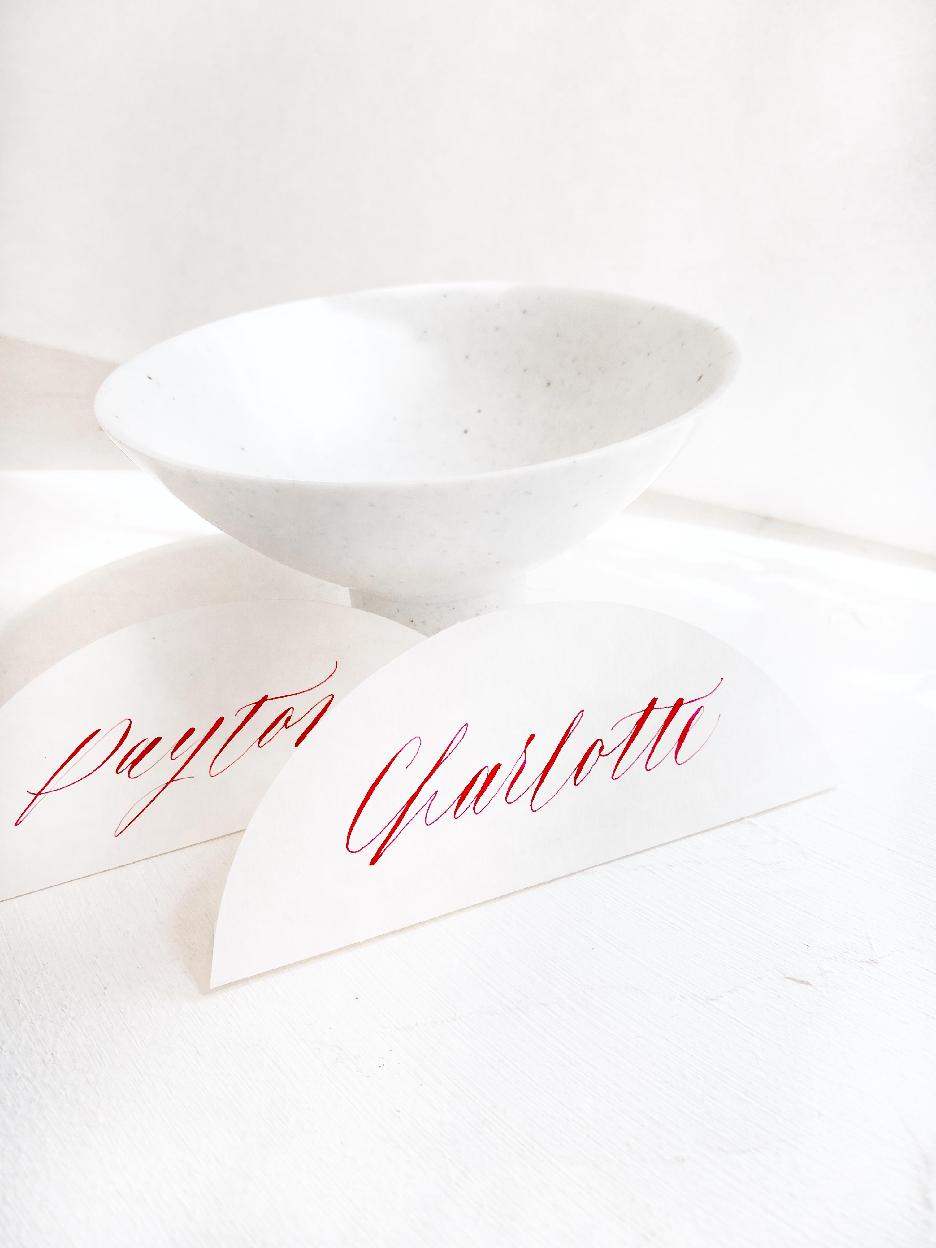 Kalligrafierte Namenskärtchen